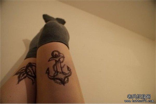 女生腿部个性锚黑白欧美纹身图案由武汉纹身店推荐
