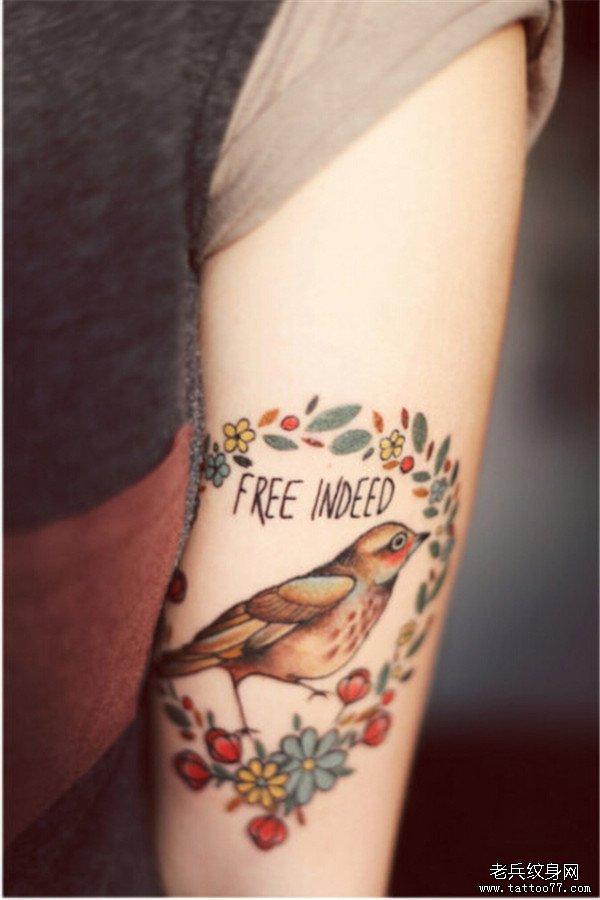 女生手臂小鸟小花彩色纹身图案由武汉最好的纹身店推荐