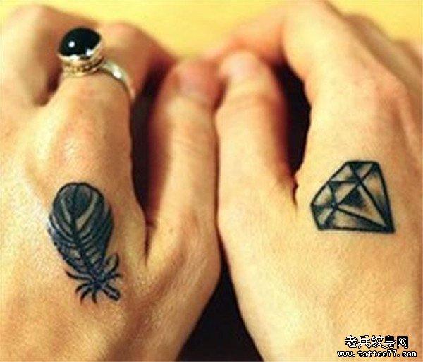 手背上的钻石和笔纹身图案由武汉纹身店推荐