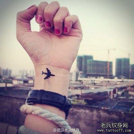 武汉纹身店推荐一款女性小清新飞机纹身图案