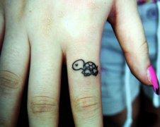 小清新手指小乌龟纹身图案