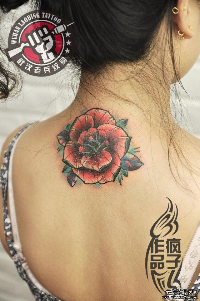疯子纹身师打造的后颈部玫瑰纹身作品遮盖旧纹身图案