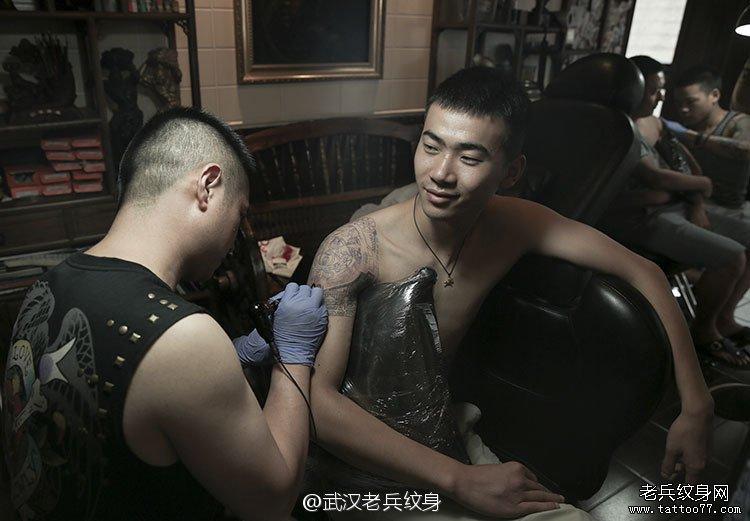 大臂图腾纹身作品兵哥制作现场图片