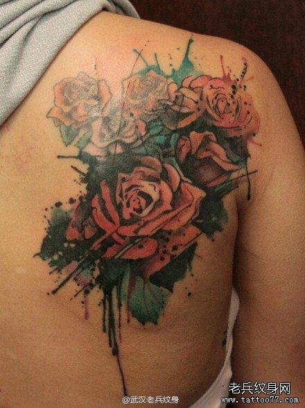 肩部泼墨玫瑰花纹身图案