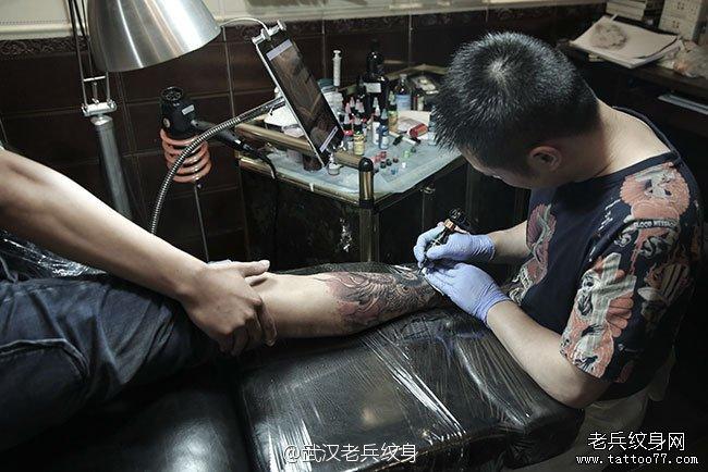 手臂纹身制作过程          兵哥小花腿纹身制作