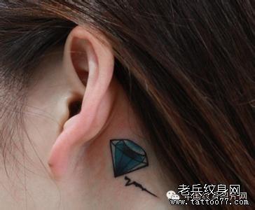 耳后纹身图片女小清新_女性耳后小清新莲花纹身图案_武汉纹身店之家