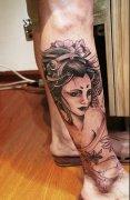 武汉纹身馆推荐一款腿部黑灰艺妓纹身图案图片
