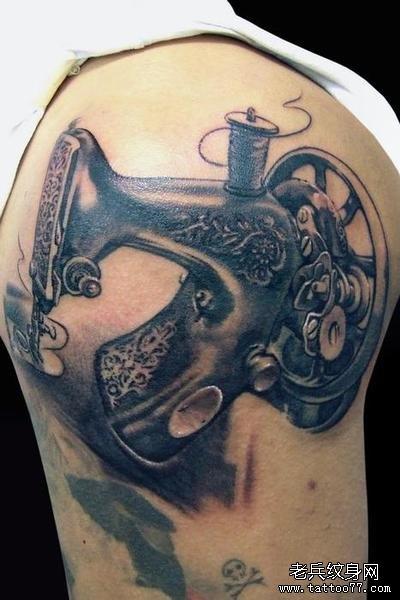 一款臀部缝纫机纹身图案由武汉最好的纹身馆提供图片