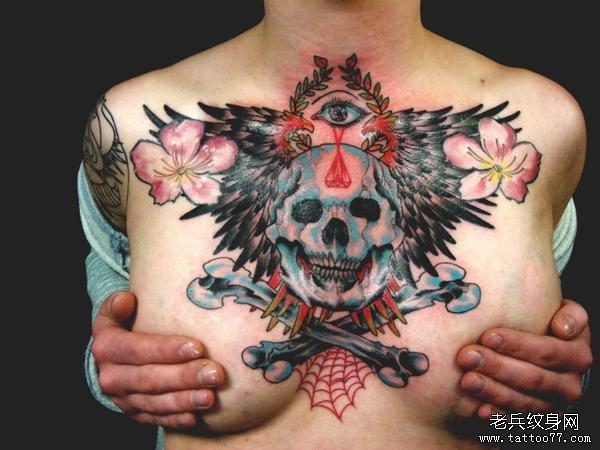 女性胸口骷髅翅膀纹身图案