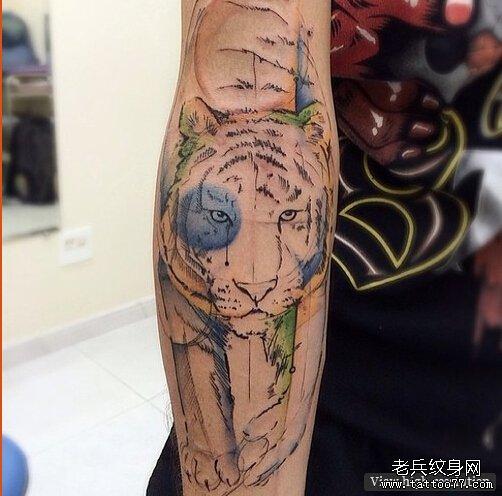 武汉纹身馆推荐一款手臂水墨老虎纹身图案