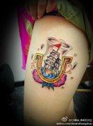 女性腿部彩色帆船纹身图案