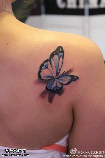 女性肩部彩色3d蝴蝶纹身图案图片