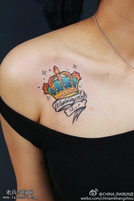 女性胸部彩色皇冠字母纹身图案
