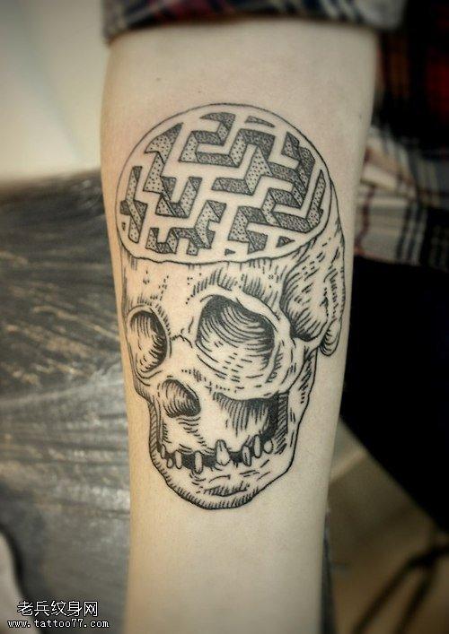 手臂个性点状骷髅头纹身图片