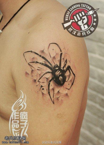 武汉专业纹身店制作的手臂地裂蜘蛛纹身图案