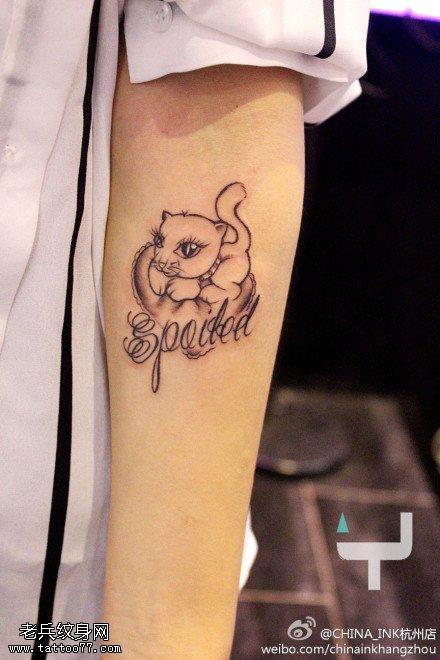 手臂猫咪字母纹身图案由武汉纹身店提供