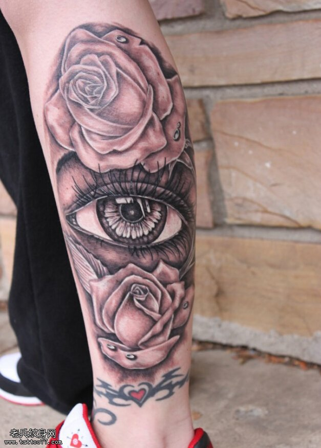 腿部玫瑰花眼睛纹身图案由武汉最好的纹身馆提供