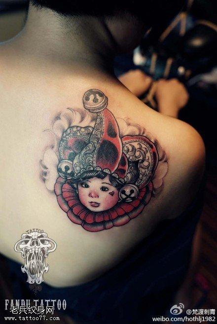 女性肩部彩色小丑纹身图案由武汉纹身提供图片