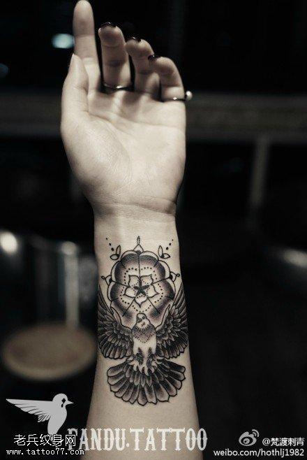 手部樊花老鹰纹身图案由武汉纹身提供图片