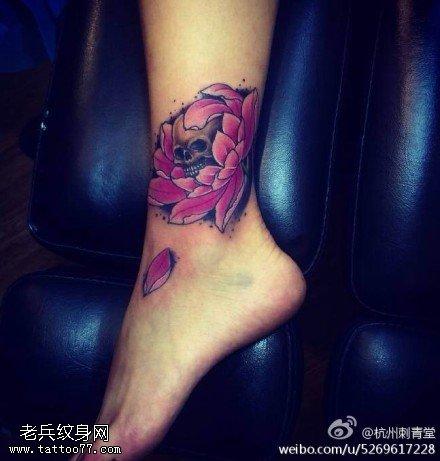 腿部个性彩色玫瑰骷髅纹身图案