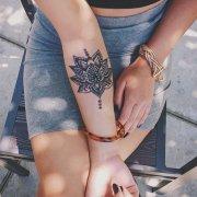 女性手臂樊花纹身图案由武汉纹身馆提供图片