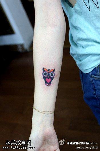 手部彩色的小猫头鹰纹身图案由武汉纹身提供
