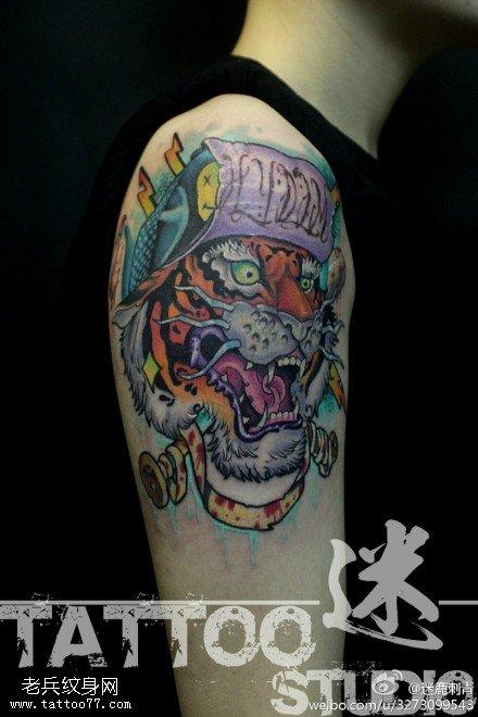 手臂彩色老虎头纹身图案由武汉最好的刺青馆提供