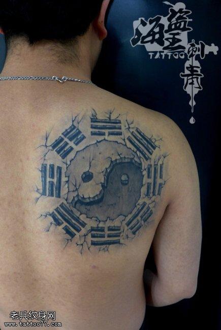 武汉纹身店推荐一款背部太阳月亮纹身图案