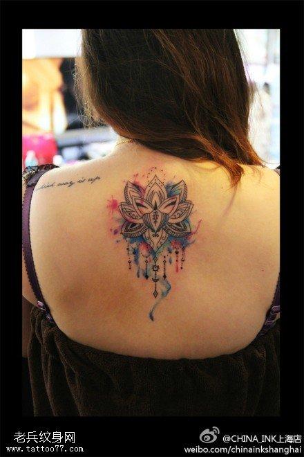 女性背部泼墨樊花纹身图案 (440x660)