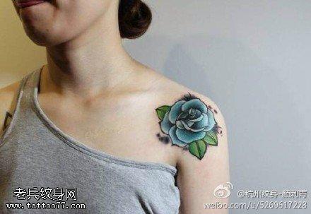 女性肩部玫瑰花纹身图案由武汉纹身提供