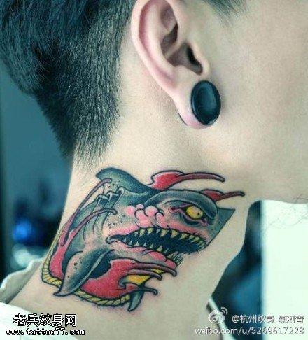 脖子彩色鲨鱼纹身图案由武汉刺青店提供