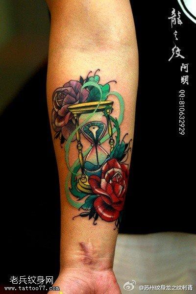 手臂彩色玫瑰花沙漏纹身图案