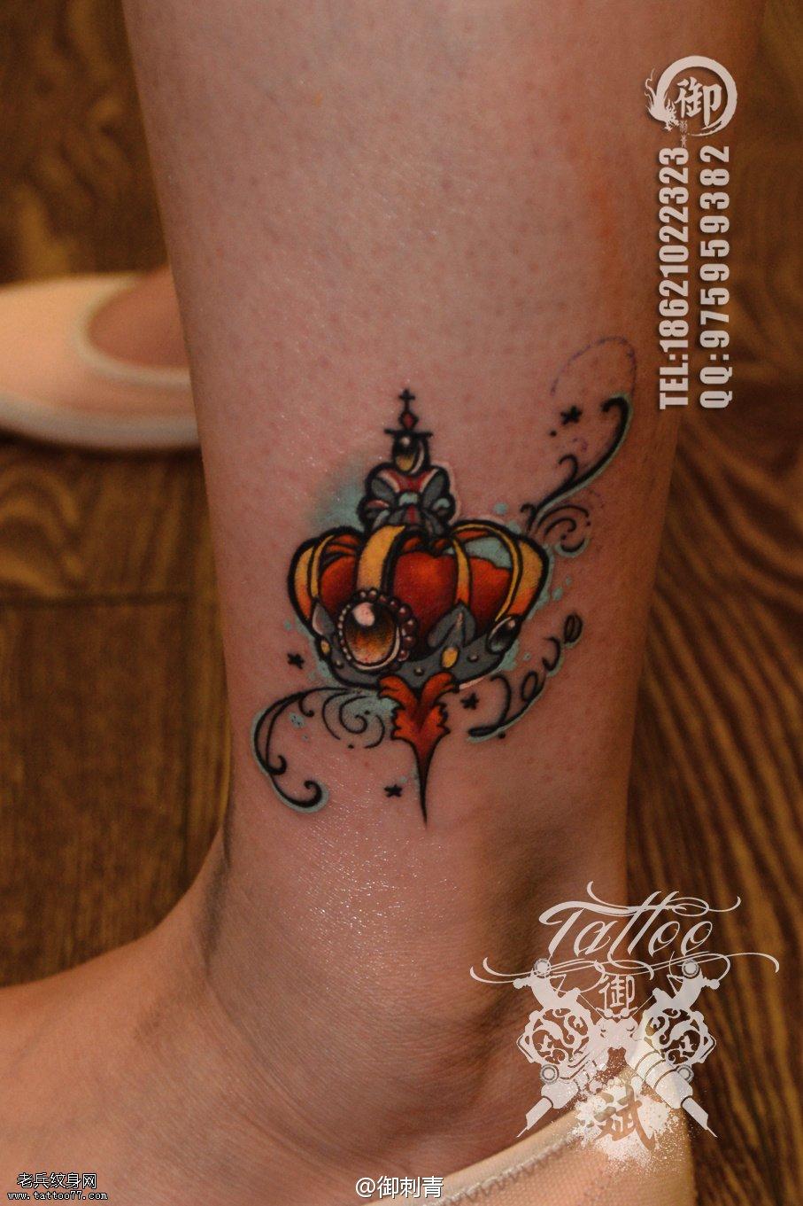 一款女性脚踝彩色小皇冠纹身图案由武汉纹身提供