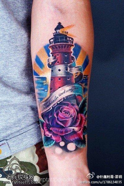 手臂彩色灯塔玫瑰花纹身图案
