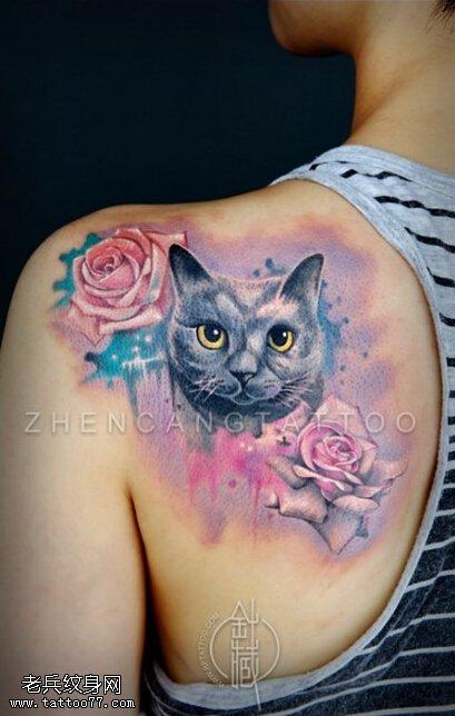 女性肩部彩色花猫咪玫瑰花纹身图案