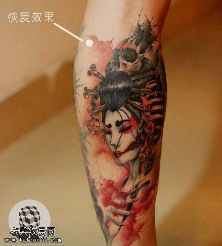 一款腿部彩色艺妓纹身图案