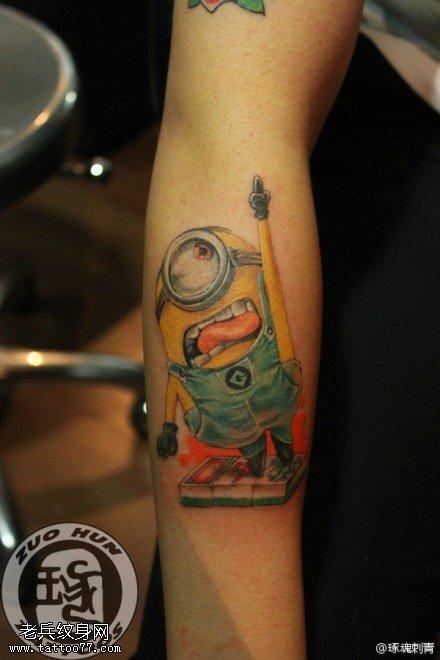 手臂彩色小黄人纹身图案