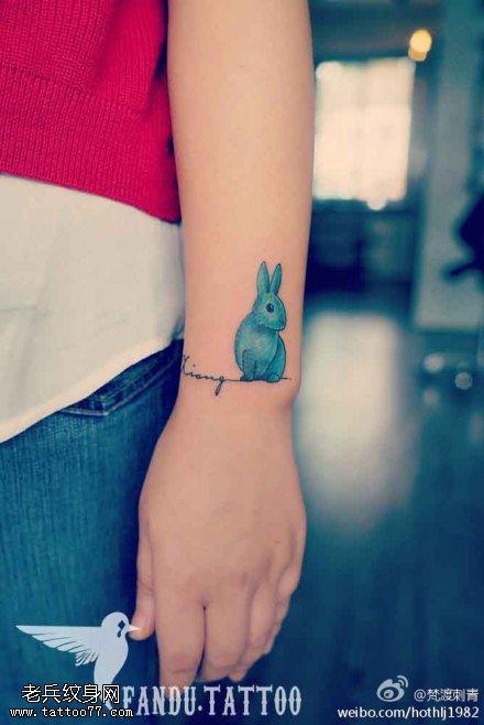 女性手部卡通兔子纹身图案