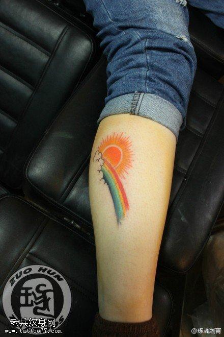腿部彩色彩虹太阳纹身图案