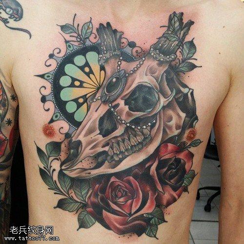 胸口彩色羚羊玫瑰花纹身图案
