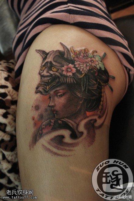 腿部彩色艺妓纹身图案由武汉最好的纹身店提供图片