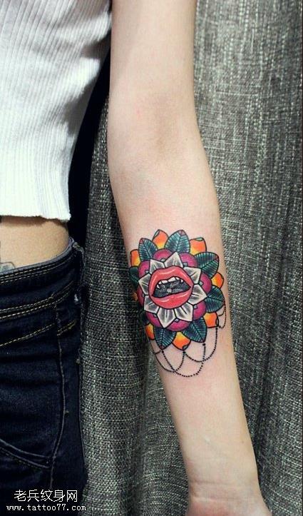 女性手臂彩色太阳花嘴唇纹身图案