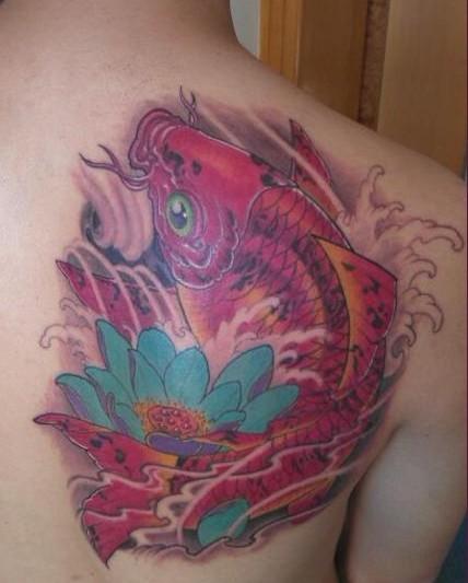 鲤鱼纹身图案:肩部彩色鲤鱼莲花纹身图案纹身图片