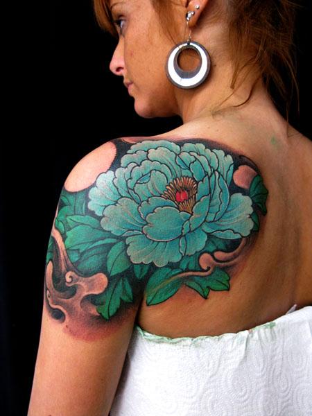美女肩背牡丹纹身图案图片