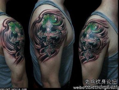十字架纹身图案大全:手臂十字架三叶草纹身图案纹身图片