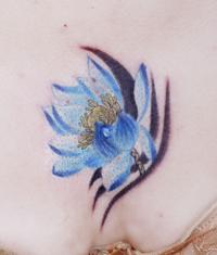 本店为来自武昌纹身顾客打造的遮盖疤痕:胸部莲花纹身图案作品