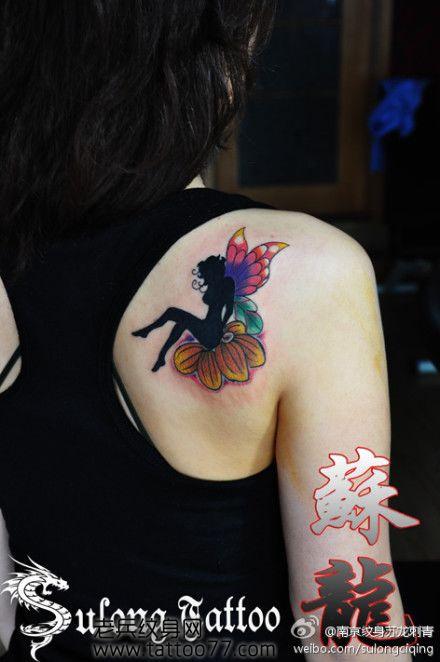 美女肩部唯美好看的精灵翅膀纹身图案