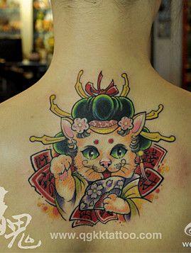 美女背部招财猫纹身图案图片