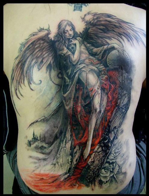 男生喜欢的背部天使翅膀纹身图案
