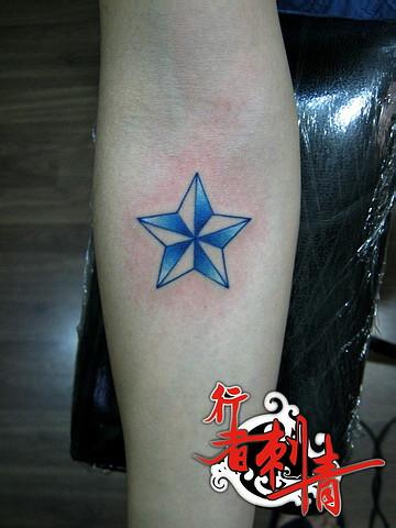 手臂精美的彩色五芒星纹身图案